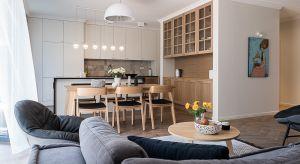 Projekt mieszkania dla pięcioosobowej rodziny, ludzi wyjątkowych, z jasno sprecyzowanymi oczekiwaniami ułatwiała malownicza lokalizacja – historyczne warszawskie Bielany, z widokiem na pobliski Park Kaskada.