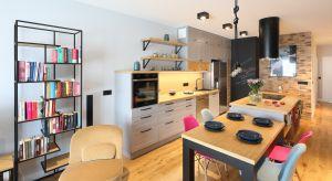 Problematyczną organizację przestrzeni autorka projektu potraktowała jako punkt wyjściowy do stworzenia niezwykle oryginalnej kuchni, która zachwyca różnorodnymi fakturami zastosowanych materiałów.