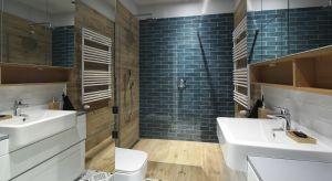 Niewielka, bo zaledwie 5-metrowa łazienka urzeka bogactwem faktur i kolorów: od opalowych cegiełek w strefie prysznica i nad toaletą, po wzorzyste heksagony na podłodze. To wszystko stonowane szczodrym zastosowaniem bieli i faktur drewna.