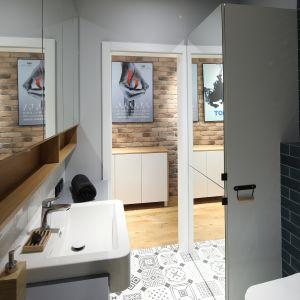 W łazience znalazła się również pralka schowana za frontami zabudowy meblowej. Projekt: Maciejka Peszyńska-Drews. Fot. Bartosz Jarosz