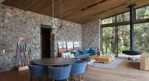 Rodzinne ranczo ukryte przed światem w środku lasu Valle de Bravo w stanie Meksyk to kompleks kabin mieszkalnych skupionych wokół głównego domu. Projekt powstał z potrzeby posiadania miejsca odosobnienia, gdzie każdy członek rodziny może mieć w