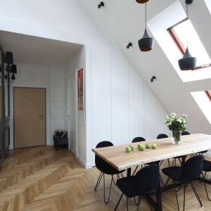 Cztery rzędy okien dachowych, co potęguje wrażenie przestronności. Projekt: Katarzyna Mikulska-Sękalska. Fot. Bartosz Jarosz