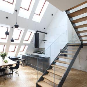 Cztery rzędy okien dachowych potęgują wrażenie przestronności. Projekt: Katarzyna Mikulska-Sękalska. Fot. Bartosz Jarosz
