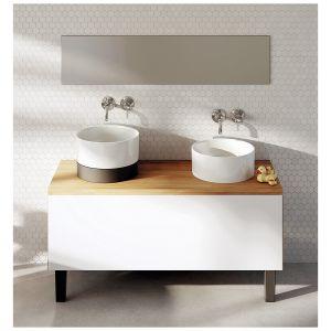 Umywalki z serii Duo dostępne są w różnych wariantach: wpuszczane w blat, nablatowa z białym panelem, nablatowa z czarnym panelem, a także jako umywalki wolnostojące z czarnym lub białym postumentem. Fot. Marmorin Design