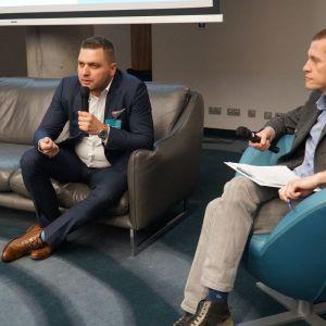 """Dyskusja podsumowująca blok tematyczny """"Świat łazienek"""". Od lewej: Dawid Szeląg (Excellent), Mariusz Golak (Meble.com.pl, """"Meble Plus"""")"""