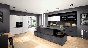 Meble kuchenne na wymiar zwyczajowa zamawialiśmy u stolarza bądź w studiu kuchennym. Dziś także w salonach meblowych mamy możliwość nie tylko spersonalizowania wyglądu naszej zabudowy, ale zamówienie jej pod konkretny wymiar.