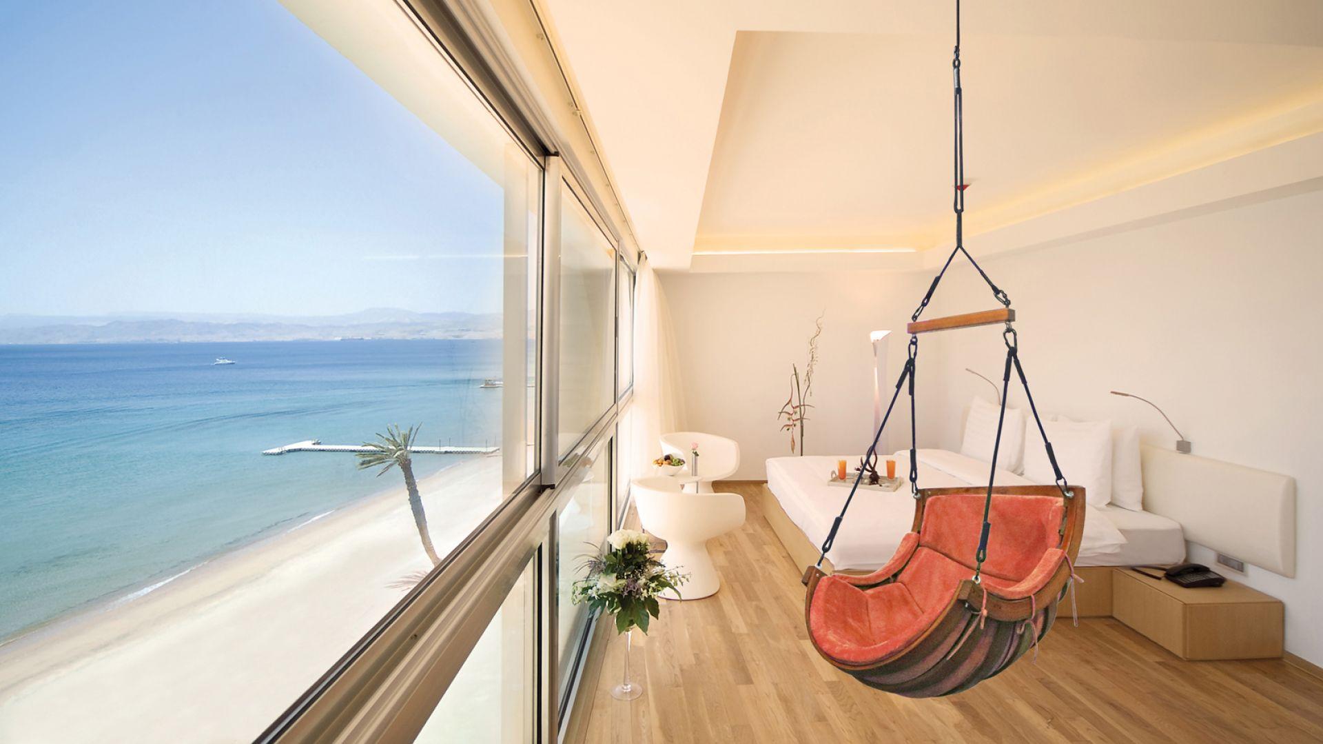 Fotel wiszący Alpha do zamontowania zarówno w mieszkaniu, jak i na werandzie czy tarasie. Fot. 4iQ