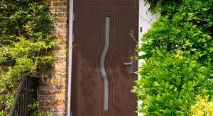 Jak wybrać dobre drewniane drzwi zewnętrzne, by doskonale pełniły swą funkcję przez lata? Zwróćmy uwagę na trzy cechy: izolacyjność, bezpieczeństwo, estetykę.