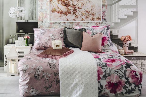 """Sypialnia - ukochane miejsce relaksu, strefa błogiego snu i długich, sobotnich poranków. Na samą myśl chcielibyście """"zatopić się"""" w miękkiej pościeli, ale... nie wiecie, jaką wybrać, aby była miła w dotyku, oddychająca i trwała?"""