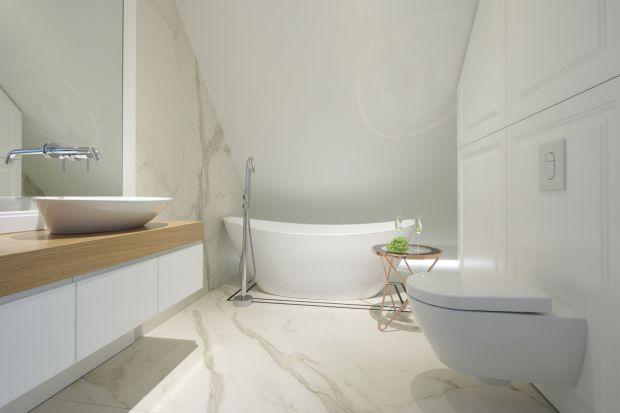 Piękna, jasna łazienka - wnętrze pod skosem dachowym
