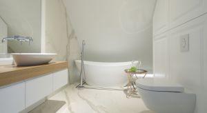 Aranżacja tej łazienki już od progu ujmuje urodą i charakterem. Oprawiona w biel jest stonowana i elegancka, ale niepozbawiona emocji.