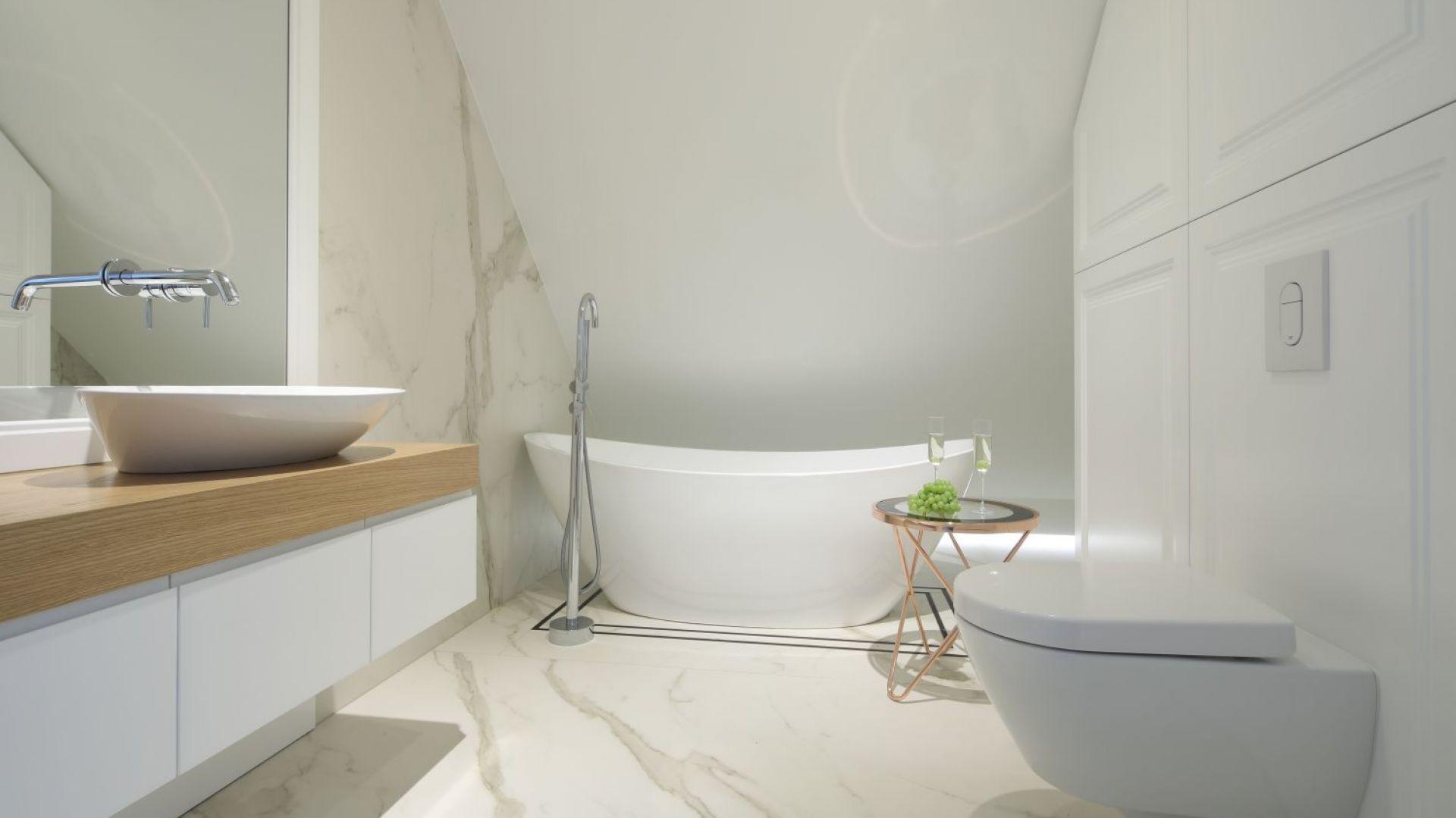 Wolnostojąca wanna o subtelnej, eleganckiej linii nadała łazience rangę saloniku kąpielowego. Projekt: Katarzyna Mikulska-Sękalska. Fot. Bartosz Jarosz