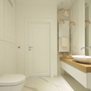 Luksusowy charakter łazienki podkreślają dodatki, a zwłaszcza ich metaliczne wykończenia w kolorze złota i chromu. Projekt: Katarzyna Mikulska-Sękalska. Fot. Bartosz Jarosz