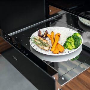 X-TYPE – linia nowoczesnych urządzeń AGD, w skład której wchodzi m.in. szuflada grzejnej do zabudowy. Pozwala ona utrzymać w cieple naczynia i zachować optymalną temperaturę potraw, a także szybko rozmrażać dania. Fot. Amica