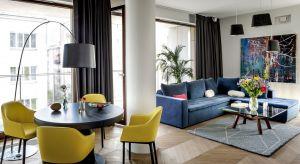 Górny Mokotów stał się dla Rafaela i Rafała namiastką ich ukochanego miasta - Madrytu. W ich apartamencie wyczuwa się iście hiszpańską energię. A wszystko za sprawą projektu, który garściami czerpie ze śródziemnomorskiej estetyki, jednocze
