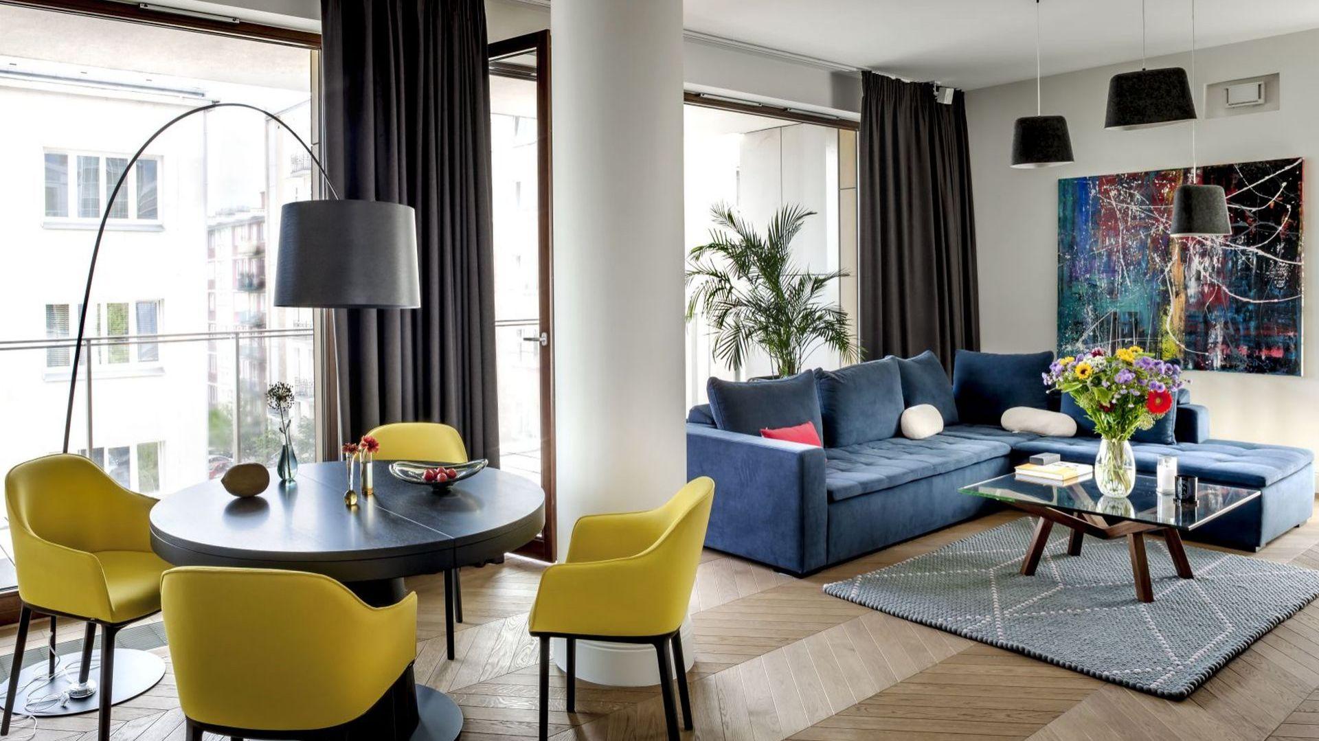 Projektując apartament, architektka czerpała inspiracje ze śródziemnomorskiej estetyki, jednocześnie łamiąc utarte schematy. Projekt: Anna Koszela. Fot. Rafał Lipski