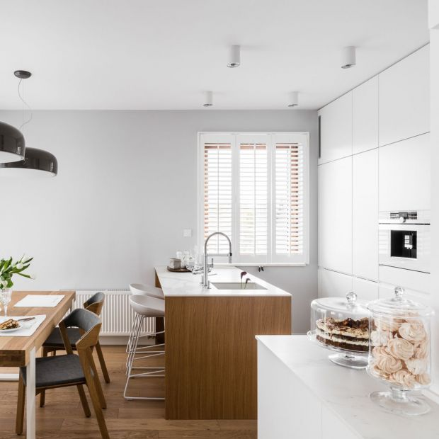 Otwarta kuchnia: nowoczesne, eleganckie wnętrze sprzyja towarzyskim relacjom