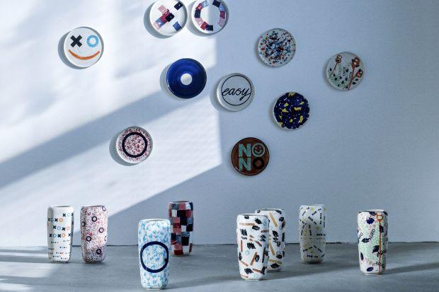 Kolekcja dekoracyjnych talerzy i wazonów zaprojektowana przez Natalię Suwalski to reinterpretacja europejskiego materialnego i wzorniczego dziedzictwa na miarę czasów w których żyjemy, przekonująca że lokalne tradycje rzemieślnicze można połąc