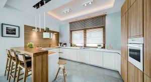 Kuchnia z oknem to atrakcyjne rozwiązanie aranżacyjne, znacznie bardziej komfortowe niż ciemne aneksy. Okno to idealny sposób na doświetlenie wnętrza, to również lepsza wentylacja kuchni i przyjemne spędzanie czasu, szczególnie gdy widok za okne