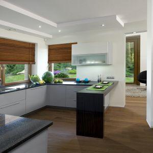 Kiedyś pod kuchennym oknem znajdował się parapet, a pod nim najczęściej kaloryfer. Obecnie popularnym rozwiązaniem aranżacyjnym jest połączenie okna z blatem, który zastępuje parapet.  Fot. KAM
