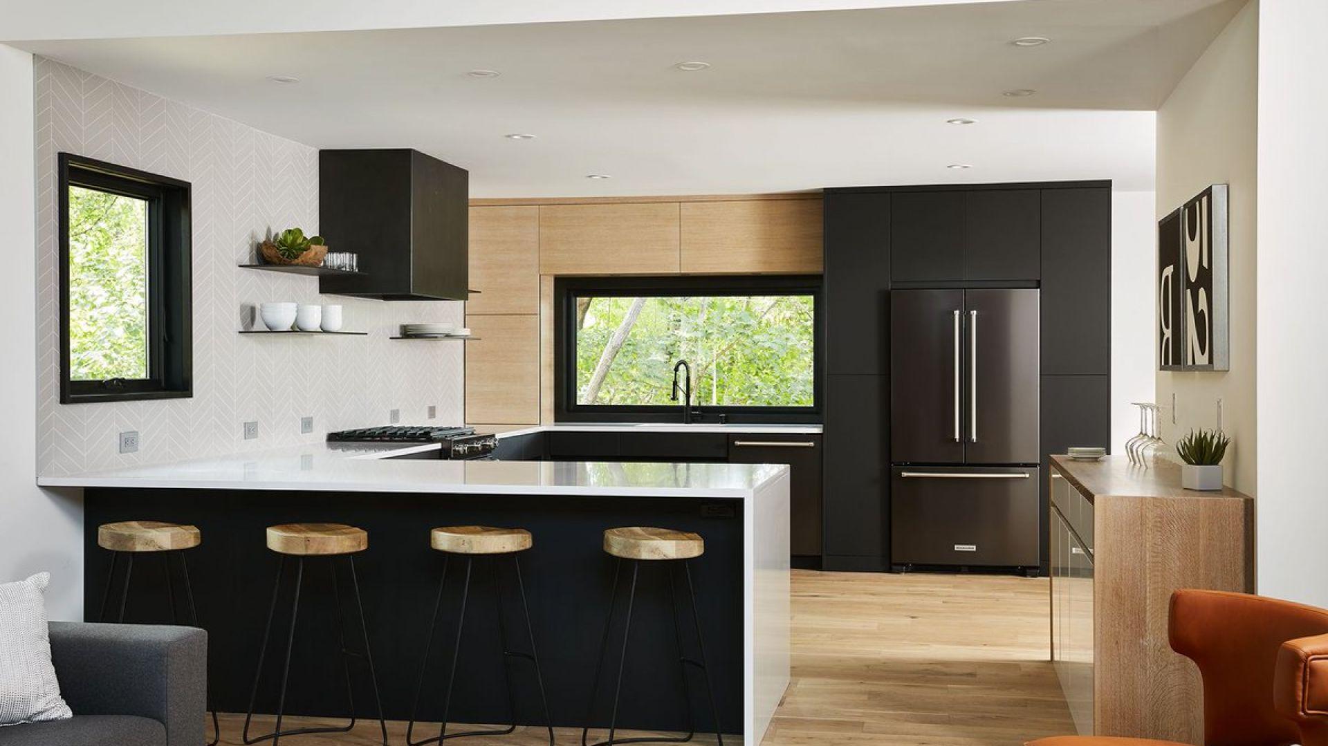 Fronty kuchenne: matowy akryl w czarnym kolorze. Fot. Rehau