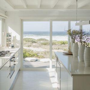 Fronty kuchenne: akryl w połysku w białym kolorze. Fot. Rehau