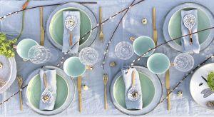 Ceramiczne naczynia w kilku pastelowych kolorach, złote sztućce i przystrojony zielenią biały obrus – to przepis na wielkanocny stół równie wiosenny, radosny i nastrajający optymistycznie jak te Święta.