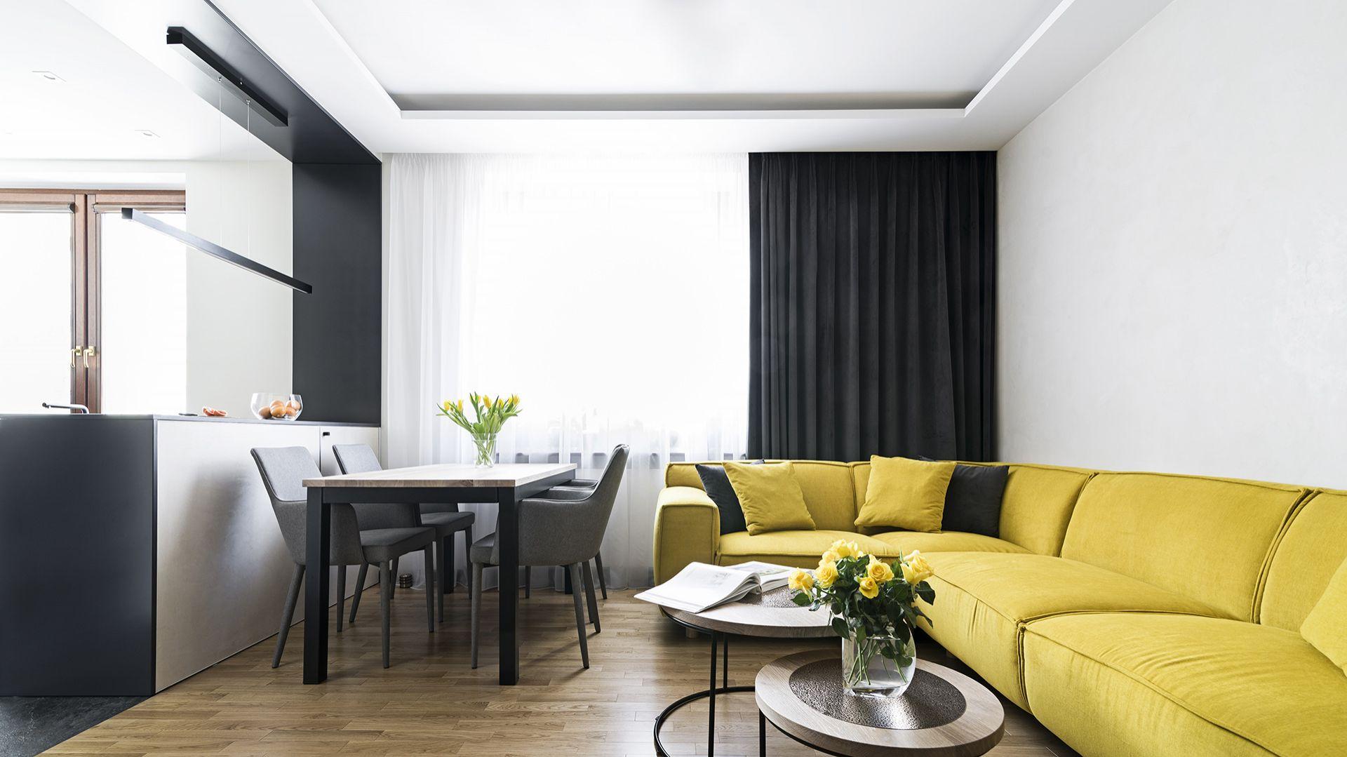Połączenie otwartego układu funkcjonalnego z nowoczesnym, eleganckim wystrojem pozwoliło uzyskać przepiękny apartament o powierzchni 50 m2. Projekt: MMA Pracownia Architektury. Fot. Rafał Chojnacki