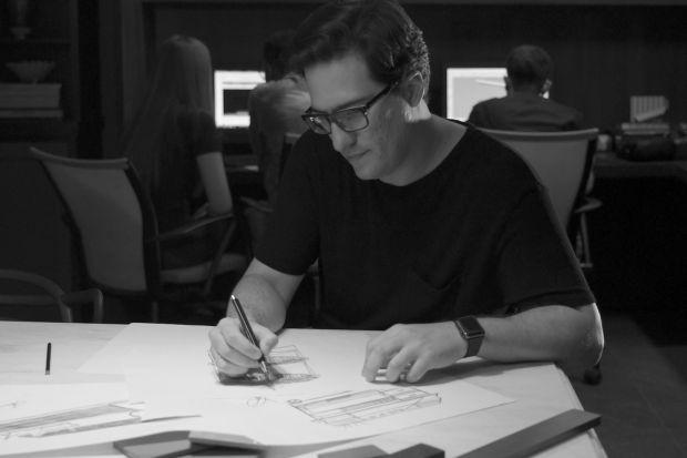 Brazylijski projektant Arthur Athayde stara się wswych pracach pokazać osobiste wartości oraz to kim jest jako projektant. Jego najnowszy projekt toNormand: kolekcja mobilnych mebli, odpornych na uszkodzenia i plamy. Opowiedział nam opoczątkach