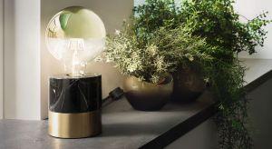 Kupno lampy, plafonu czy żyrandola to zwykle jeden z ostatnich elementów aranżacji mieszkania. I chociaż wybór oświetlenia do niemal urządzonego wnętrza wydawałby się prosty, to często przeradza się w nie lada łamigłówkę. Dlatego o kilka w