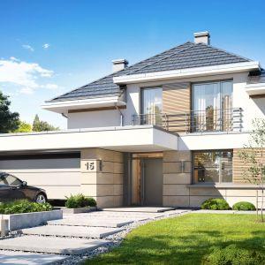 """Architektonicznie """"Oszust"""" wygląda jak nowoczesny piętrowy dom. Dzięki różnicy w wysokości dachu na piętrze mieszczą się normalne duże okna doświetlające pokoje górnej kondygnacji. Dom Oszust. Projekt: arch. Michał Gąsiorowski. Fot. MG Projekt"""