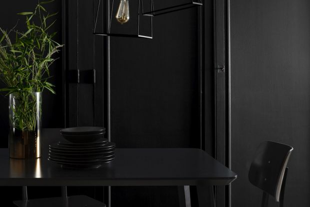 Malowanie mebli: farby w odcieniach czerni i metaliczne