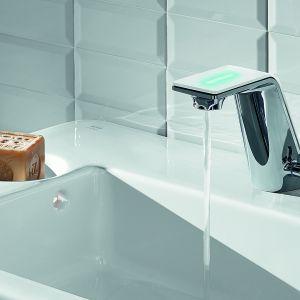 ALESSI SENSE BY ORAS – elektroniczna bateria uruchamiana jest na 6 sekund delikatnym przyciśnięciem górnej powierzchni wylewki; dłuższe przyciśnięcie zapala oświetlenie LED i włącza przepływ wody na minutę. Fot. Oras