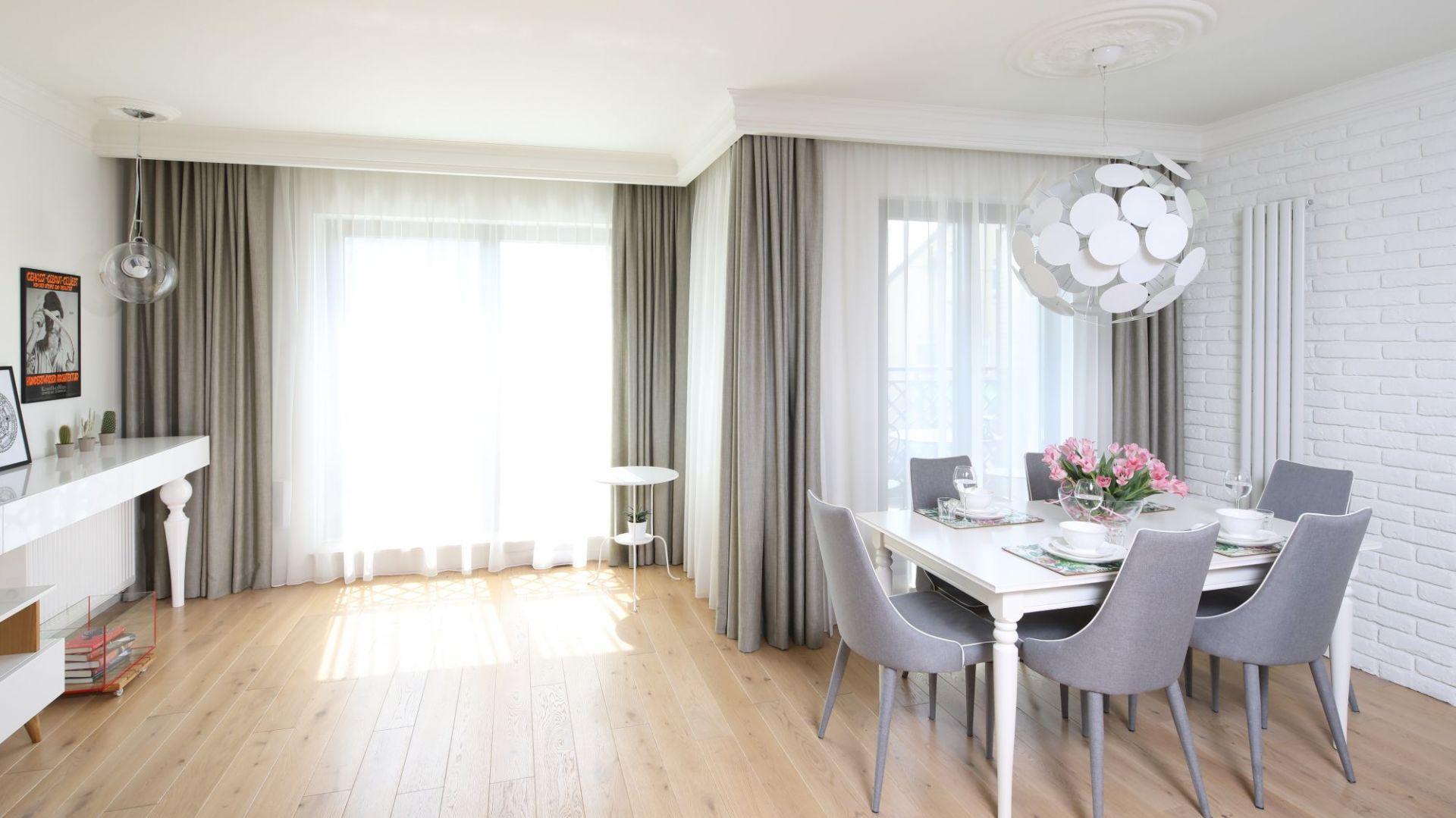 Zasłony w salonie - doskonały sposób na dekorację okna. Projekt: Laura Sulzik. Fot. Bartosz Jarosz