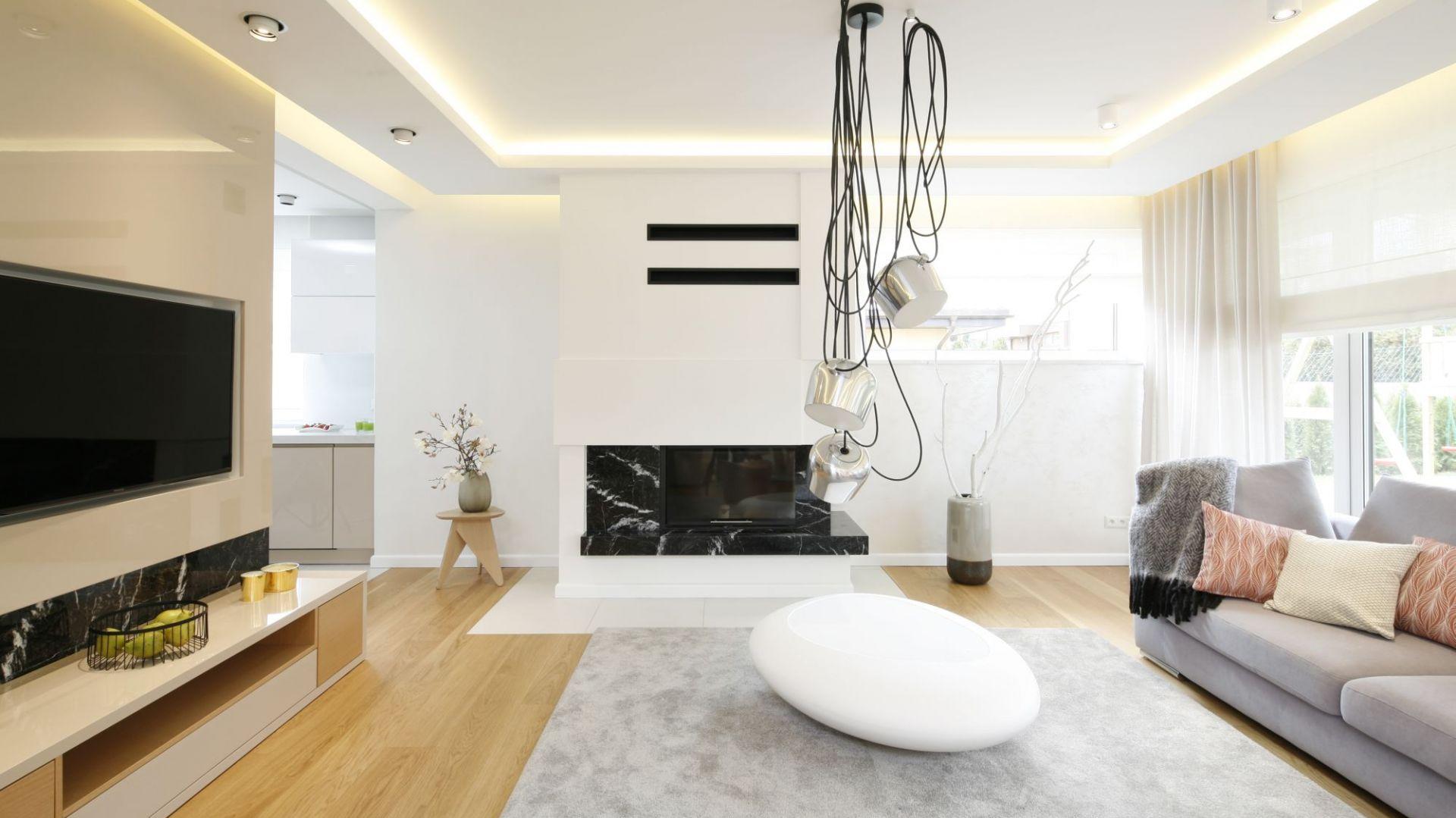 Zasłony w salonie - doskonały sposób na dekorację okna. Projekt: Agnieszka Hajdas-Obajtek. Fot. Bartosz Jarosz