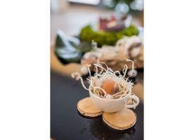 Wybierzmy jajka w naturalnym kolorze, mech, nieobrobione drewno, zielone liście i owoce. Fot. KODO