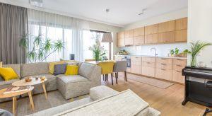 Przytulny apartament łączy w sobie klimat górskiego schroniska oraz luksusowego spa, położonego gdzieś na południowym wybrzeżu Pacyfiku. Jego aranżacja w pełni odzwierciedla zamiłowanie inwestorki do natury i dalekich podróży.