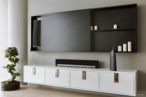 Ukryty za przesuwnym panelem telewizor nie zakłóca wszechobecnego tu ducha Zen. Projekt: Monika i Adam Bronikowscy (HOLA Design). Fot. Yassen Hristov