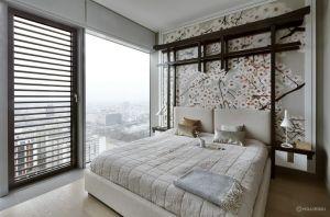 Inspiracje japońską kulturą odnajdziemy także w sypialni. Tu elementem budującym atmosferę rodem z kraju kwitnącej wiśni jest zabudowa ściany przy wezgłowiu łoża. Projekt: Monika i Adam Bronikowscy (HOLA Design). Fot. Yassen Hristov