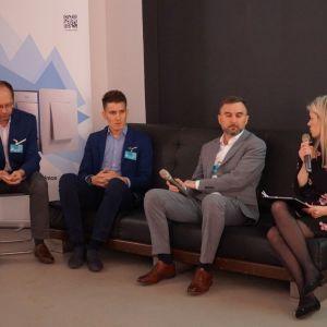 """Dyskusja podsumowująca blok tematyczny """"Zaprojektuj to - Technologie"""". Od lewej: Tomasz Staśkiewicz (TM SYS), Bartosz Świderski (TM SYS), Marek Krzaczkowski (CR Soft/CAD Projekt K&A), Ewa Kozioł (Dobrze Mieszkaj)"""