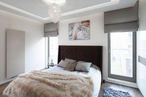 Dzięki zastosowaniu ciepłych barw sypialnia jest bardzo przytulna. Buduarowy nastrój buduje oświetlenie. Projekt: Agnieszka Hajdas-Obajtek. Fot. Bartosz Jarosz