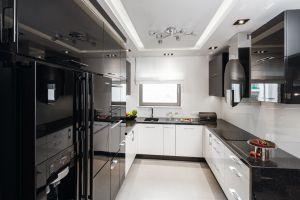 Wyposażona w solidne granitowe blaty kuchnia zapewnia całkiem dużo miejsca do przygotowywania potraw. Projekt: Agnieszka Hajdas-Obajtek. Fot. Bartosz Jarosz