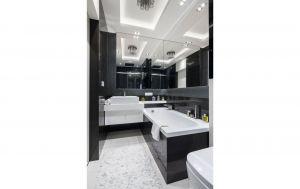 W łazience dominuje czerń i biel, ale to dawkowana z umiarem szarość nadaje wnętrzu typowo męski charakter. Projekt: Agnieszka Hajdas-Obajtek. Fot. Bartosz Jarosz