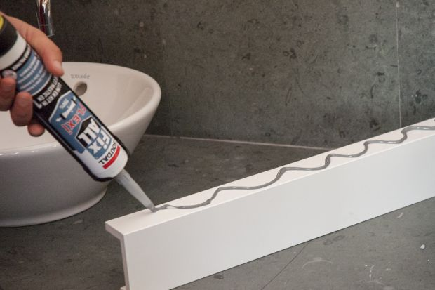 Wiosna inspiruje do wprowadzania zmian, również w naszych domach i mieszkaniach. Jeżeli planujemy samodzielnie odświeżyć wygląd łazienki, miejmy na uwadze, że jest ona stale narażona na szkodliwe działanie wody.