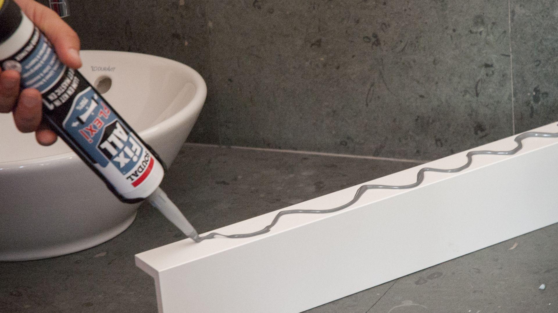 Prace wykończeniowe w łazience. Fot. Soudal