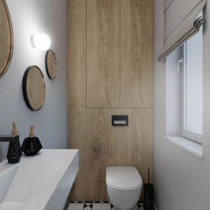 Oszczędny wystrój ubikacji na parterze urozmaica podłoga z biało-czarnej mozaiki oraz trzy lustra o różnych średnicach. Fot. Pracownia Architektoniczna MGN