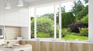 Dobrze dobrane okno do kuchni zwiększa jej funkcjonalność: doświetla i pozwala szybko usunąć zapachy.