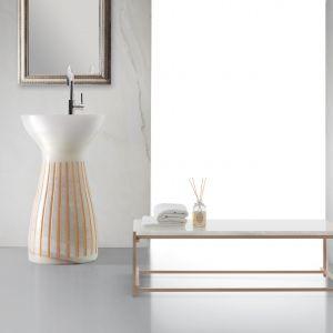 Roma – umywalka podłogowa wykonana z białego onyksu, ozdobiona pionowymi żłobieniami z aplikacją w złotym kolorze. Fot. Kreoo