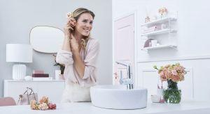 W nowoczesnej, minimalistycznej łazience nie ma miejsca na tradycyjne ozdoby i bibeloty. Funkcję dekoracyjną przejmuje wyposażenie, np. umywalki i baterie, które mogą lśnić niczym prawdziwa biżuteria.