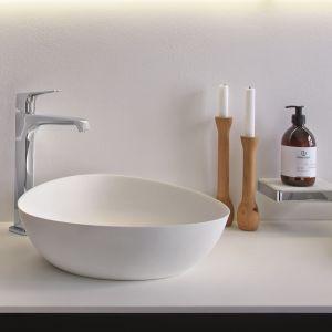 Oviedo – umywalka nablatowa z konglomeratu Solid Surface 2.0 ma supercienki rant oraz wyjątkowo białą matową powierzchnię. Fot. Riho